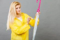 Parapluie fermant de port d'imperméable de femme photos stock