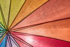 Parapluie humide coloré à la lumière du soleil photographie stock libre de droits