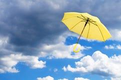 Parapluie jaune contre le ciel photo libre de droits