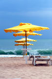Parapluie jaune sur une plage noyée photographie stock