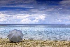 Parapluie par la plage photographie stock libre de droits