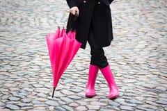Parapluie rose et bottes en caoutchouc roses Image libre de droits