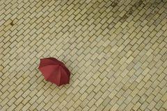 Parapluie rouge abandonné Photos libres de droits