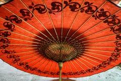 Parapluie rouge dans Myanmar Images libres de droits