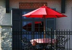 Parapluie rouge et hublot bleu Photographie stock