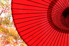 Parapluie rouge japonais traditionnel Image stock