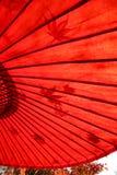 Parapluie rouge traditionnel japonais Photo stock