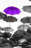Parapluie se tenant de la foule unique images libres de droits