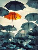 Parapluie se tenant de la photo d'effet de vintage de foule images stock