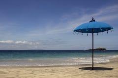 parapluie simple en bord de la mer Images stock
