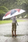 Parapluie sous la pluie photos stock