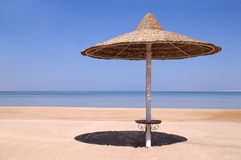 Parapluie sur la mer, Egypte Photographie stock