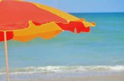 Parapluie sur la plage Photographie stock libre de droits