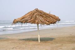 Parapluie sur la plage Photo stock