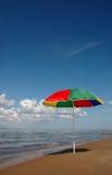 Parapluie sur le bord de la mer Photographie stock libre de droits