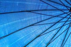 Parapluie sur le bord de la mer Photos stock