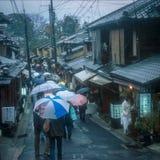 Parapluie un jour pluvieux à Kyoto historique photos stock