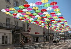 Parapluies accrochant sur la rue dans Saumur Photo libre de droits