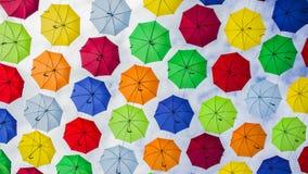 Parapluies accrochants multicolores contre le ciel bleu image libre de droits