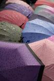 Parapluies attendant pour être vendu Photo libre de droits