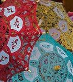 Parapluies avec la dentelle en rouge, jaune et vert Photos stock