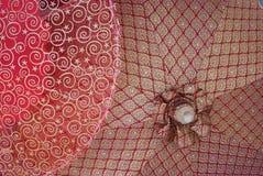Parapluies avec les configurations thaïes traditionnelles. photos libres de droits