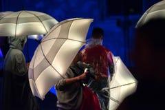 Parapluies blancs illuminés par les lampes menées pendant la nuit Photos libres de droits
