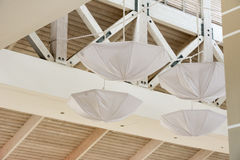 Parapluies blancs sous le plafond Île de Cayo Largo, Cuba Plan rapproché Photo stock