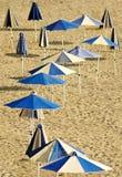 Parapluies bleus sur la plage vide photographie stock libre de droits