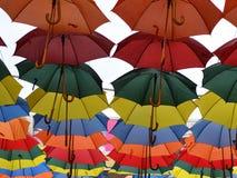 Parapluies colorés accrochant dans le plein vol Photographie stock