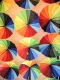Parapluies colorés accrochant sur le plafond photo stock