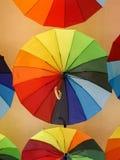 Parapluies colorés accrochant sur le plafond photographie stock libre de droits