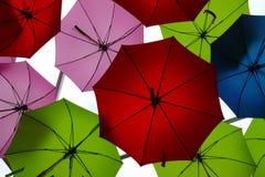 Parapluies colorés accrochant sur un plafond Photos stock