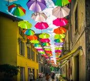 Parapluies colorés au-dessus d'une rue piétonnière en Italie Image stock
