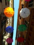 Parapluies colorés au-dessus de la ville de Gênes pour le mois de fierté Image stock