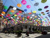 Parapluies colorés au-dessus de la ville de Gênes pour le mois de fierté Photos libres de droits