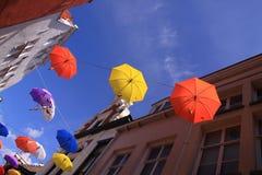 Parapluies colorés avec le ciel bleu Photo libre de droits