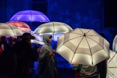 Parapluies colorés illuminés par les lampes menées pendant la nuit Photo libre de droits