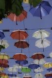 Parapluies colorés un jour ensoleillé d'été Photographie stock