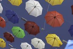 Parapluies colorés un jour ensoleillé d'été Photos libres de droits