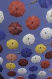 Parapluies colorés un jour ensoleillé d'été Photo libre de droits