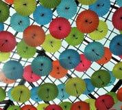 Parapluies décoratifs colorés et d'amusement dans le plafond photographie stock libre de droits