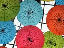 Parapluies décoratifs colorés et d'amusement dans le plafond photo stock