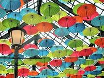 Parapluies décoratifs colorés et d'amusement dans le plafond image stock