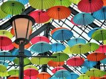 Parapluies décoratifs colorés et d'amusement dans le plafond images stock