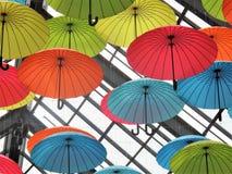 Parapluies décoratifs colorés et d'amusement dans le plafond Photographie stock