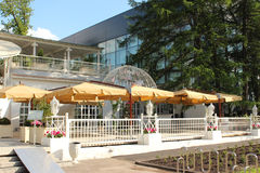 Parapluies dans le café de rue Pavillon numéro 422 VVC VDNKh moscou Images libres de droits