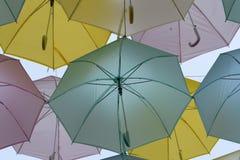 Parapluies dans le ciel Photos stock