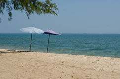Parapluies dans le sable 1 Image libre de droits