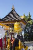 Parapluies de festivités à la cérémonie indoue, Nusa Penida, Indonésie photographie stock libre de droits